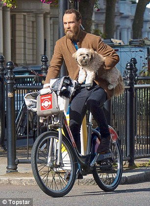 James Middleton transporte un petit chien à vélo